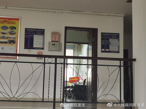 郑州一公园人行道多车随意进出 回应:奥迪车不是办事处领导的