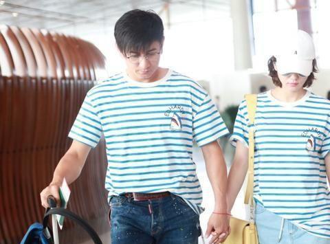 吴奇隆夫妇难得高调一次,机场穿情侣装手牵手,太甜了