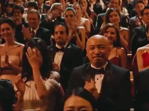 影视:这片段实在太逗了,颁奖典礼上,赵薇提醒徐峥拉上拉链