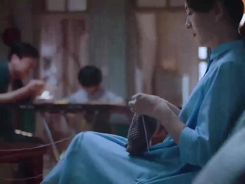 尖尖为了不让贺子秋叫李海潮爸爸,一次次把贺子秋的行李箱扔出去