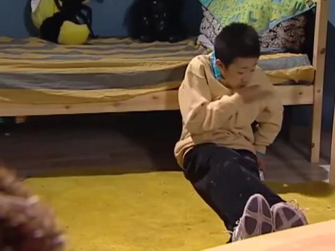 家有儿女2:刘星把饼干藏在球鞋里面,大过年的,吃着真香!