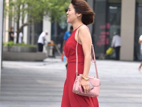 红色吊带连衣裙,搭配黑色尖头细跟鞋,不挑身材,轻松穿出时尚感