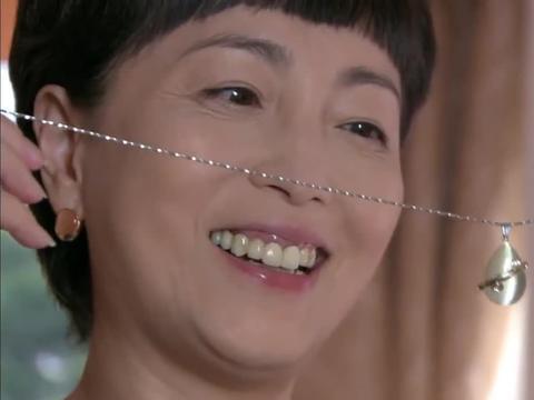 因为爱情:养母带上珠宝首饰,到处炫耀,婆婆看到假首饰后心虚了
