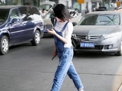 许晴这次扮嫩挺成功,背带裤打扮减龄又洋气,差点忘了她是阿姨辈