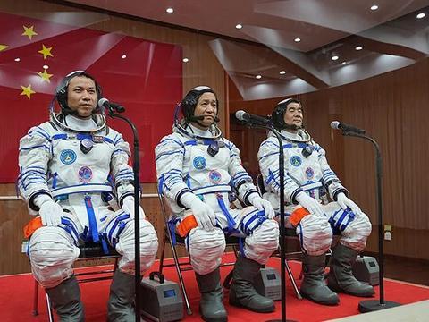 神舟十二号发射现场,3名航天员为啥拎小箱子登船?专家给出解答