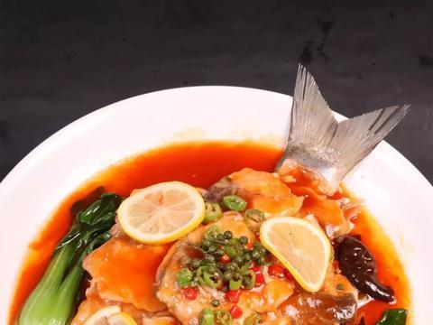 柠檬口水鱼,码鱼片挤柠檬汁祛除腥味,成菜微酸微辣,细嫩爽滑!