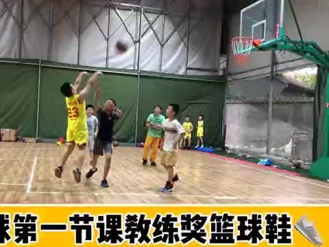 篮球第一节课,教练奖励小翔一双篮球鞋,有谁知道这鞋什么牌子?