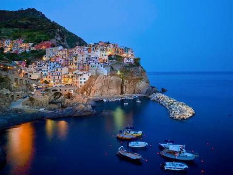 悬崖上的五渔村,五颜六色的房屋依山而建,优美的海景令人沉醉