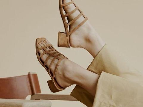 """夏日别老穿帆布鞋,这双""""凉鞋""""才是优选,搭配裙子、裤子都好看"""