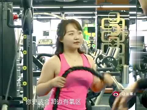 爆笑健身,健身教练太坏了,看见妹子眼睛都直了,直接玩套路!
