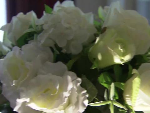 合约夫妻10周年纪念日,莫绍谦给妻子送珠宝,高调演戏秀恩爱!