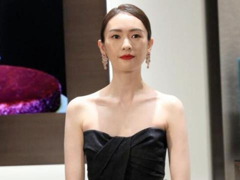 """童瑶能""""火"""",是有原因的,身穿一袭黑色抹胸裙亮相,高级洋气"""