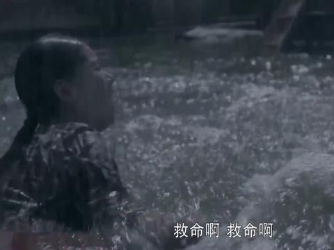 平凡的世界7:村子洪灾,孩子不幸卷走,女记者二话不说跳水救人