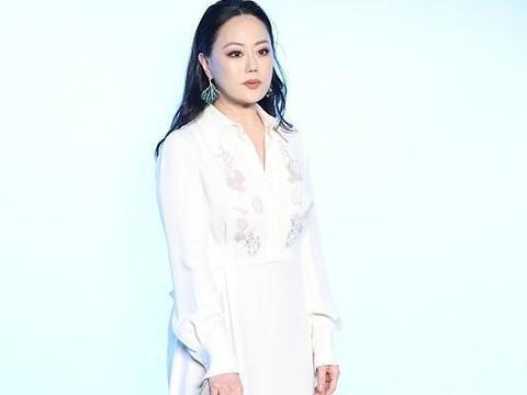 章小蕙出席活动,穿白裙身材富态不像58岁,拇指外翻抢镜