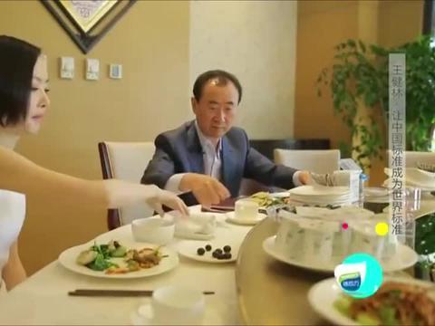 鲁豫跟王健林到食堂吃午餐,一屋子副总裁看懵了鲁豫