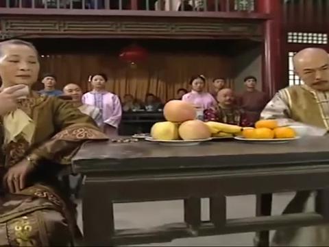 和珅被人扔香蕉皮还骂他死胖子,不料纪晓岚一指,竟能忍着不出气