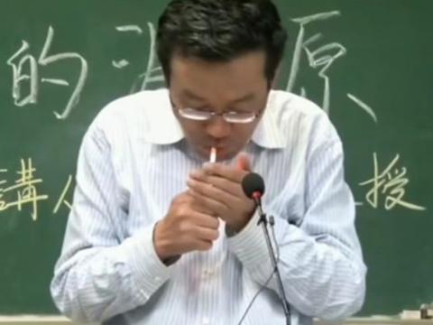 哲学怪才王德峰:手夹香烟,站在复旦的讲台上,却无人提出异议