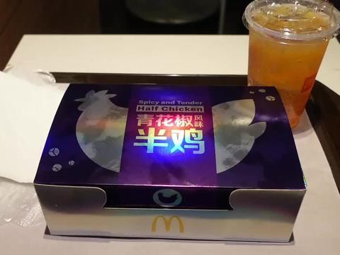这就是麦当劳新出的青花椒半鸡,39元一份,打开的一刻有点蒙圈了