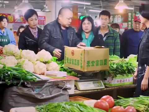 安娜卖菜耍滑头,一箱西红柿三十斤,光是纸箱子都十三斤了