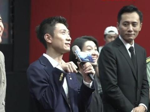《守岛人》首映礼,张一山发言,刘烨嘴角含笑一直宠溺地望着他!
