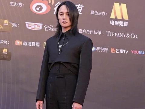 尹正最新红毯照减肥失败,黑色超短款西服套装,状态憔悴