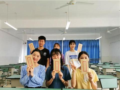 且用诗句寄别情!四川工商学院辅导员为两百余名毕业生赋诗