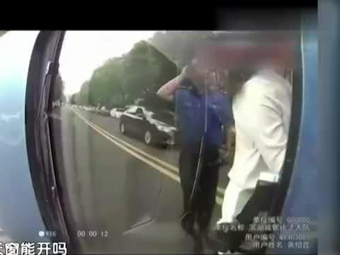 """""""我不知道怎么就撞上翻了"""",女司机停车骑上路旁汽车发生侧翻"""