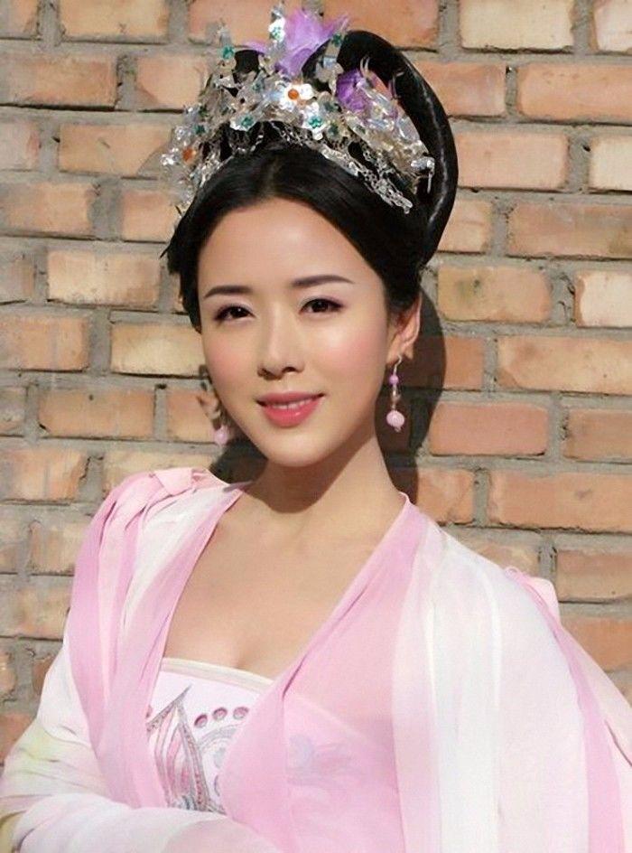 她与赵薇黄晓明同班,出道22年无绯闻,有颜有演技却戏红人不红