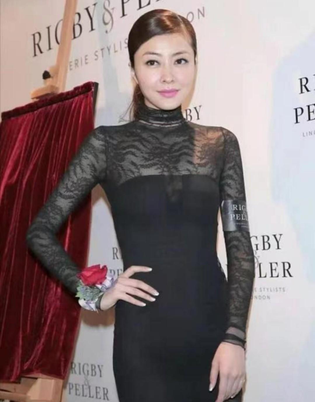 熊黛林穿黑色蕾丝连衣裙,上身若隐若现的肌肤,太让人着迷了