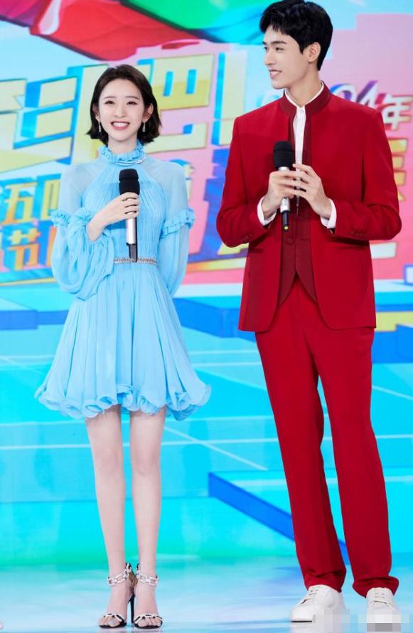 唐艺昕穿蓝色纱裙太仙了,笑起来像小仙女,张若昀娶她太幸福了