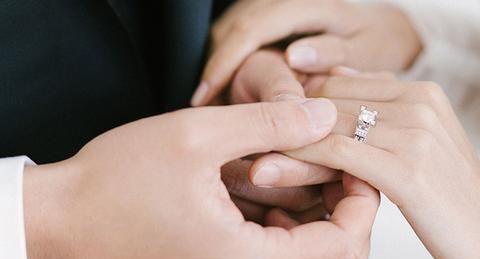 男孩子需要用心的挑选婚戒才行,求婚钻戒怎么选大小呢