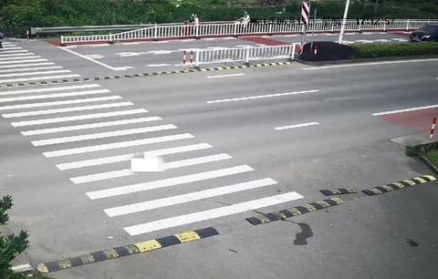 浙江舟山:普陀一电瓶车斑马线前被小车撞飞,监控还原事发全过程