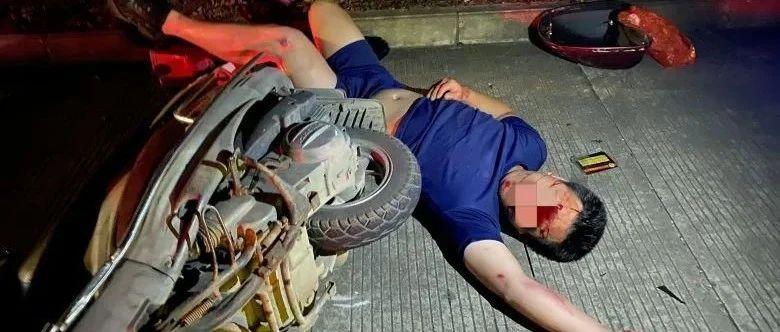 凌晨钦州一男子骑摩托车撞到路边车,满脸是血!