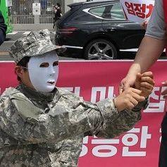 """韩国民众大闹美使馆 让""""美军""""下跪戴手铐"""