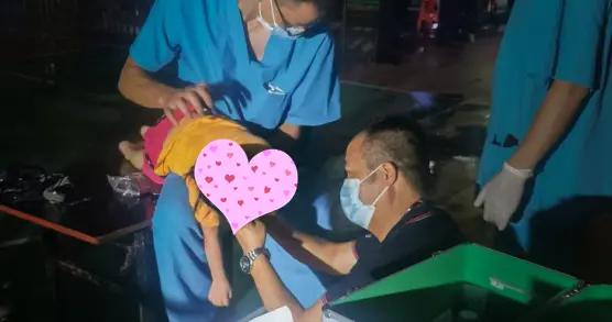 核酸检测点,医生顺手救了个孩子