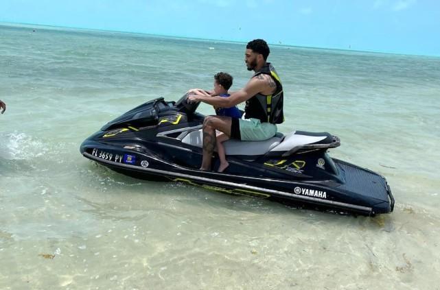 23岁塔图姆海边度假!帅气带娃驾驶摩托艇 儿子已经3岁半了