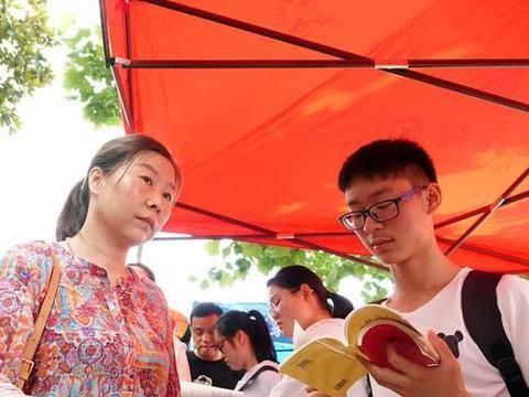 """江苏高考录取分数线预测:""""苏大强""""跌下神坛,学生300分无学上"""