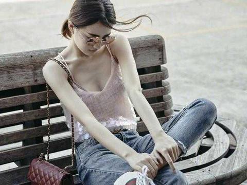 """又被""""徐璐""""迷倒了,穿吊带衫配牛仔裤好洋气,骨感身材太上镜"""