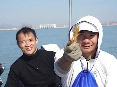 在鱼排吃自助海鲜火锅,直接从海里现抓,皮皮虾的个头太大了
