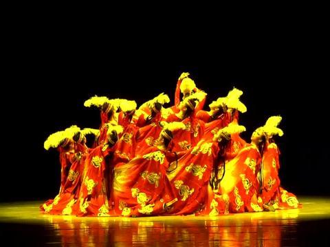 维吾尔族女子群舞《石榴红了》中央民族大学舞蹈学院