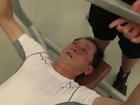 大丈夫:老教授健身扛一块铁都累,不料健身达人登场,直接看懵