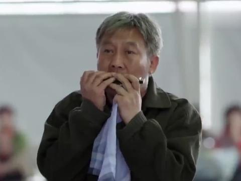 搭错车:佟林吹起熟悉的口琴,果然小美发现了,父女终于见了面