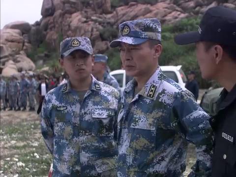 利刃:海军下水救人没成功,哪知卖房小伙下水救出人,首长看呆