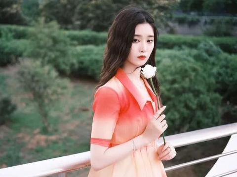 橙红色也适合夏季,李沁和徐艺洋的裙装,西服款式和渐变的条纹
