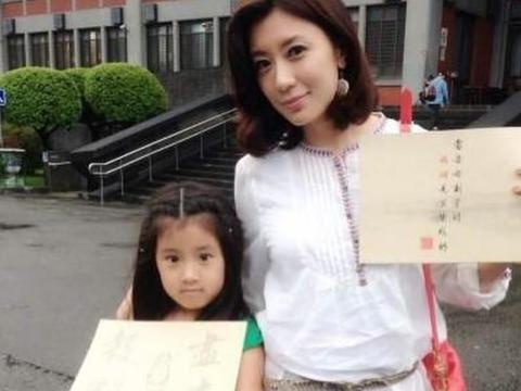 贾静雯晒女儿表情挑战,咘咘放飞自我,Bo妞丝毫没有违和感