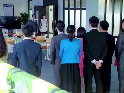 亲爱的翻译官:乔菲帮同事打扮完,得到主任的认可,忘记了自己