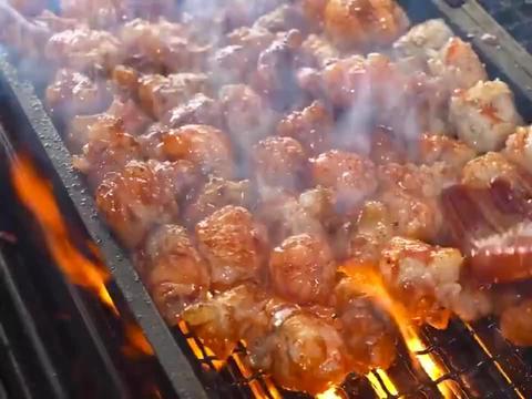 爆笑:韩国街头小吃店,猪大肠被烤的油滋滋,一开门就有人排队!