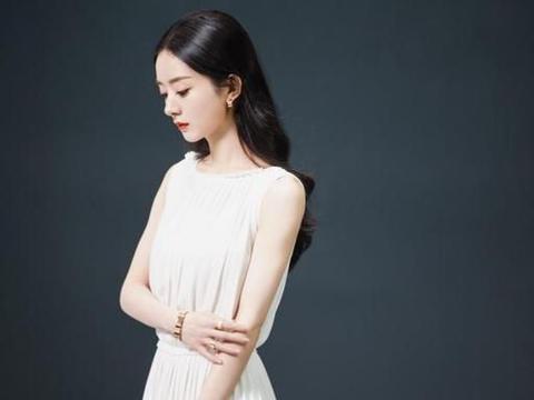 """有一种""""娃娃脸""""叫赵丽颖,即使穿着大气的白裙,依旧给人清纯感"""