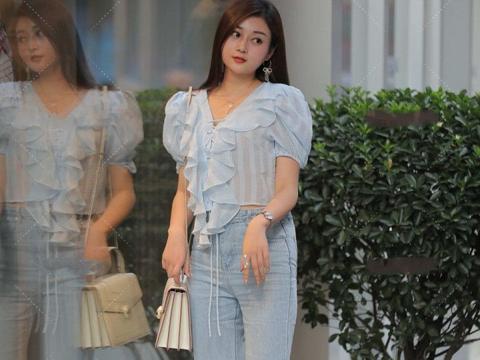 浅蓝色的上衣清爽又温柔,泡泡袖的膨胀效果非常衬肩,时尚舒适