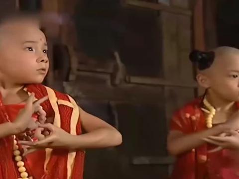想不到千年修行的白素贞,在两个观音童子面前,连手都不敢!